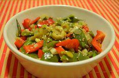 Sabiduría Vegetal: Chauchas salteadas con verduras.  Ingredientes:     - 250 gr de chauchas  - 1 cebolla  - 1/2 morrón rojo  - 1/2 morrón verde  - 1 cebolla de verdeo  - 2 ajos  - 1 puerro  - semillas de sésamo  - aceitunas