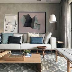 Sala com um mix de cores que amo {} A parede em cimento queimado é um queridinho e os toques de azul e a madeira equilibraram o ambiente { Projeto @julianapippi }