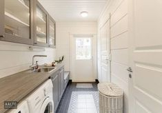 Jos kodinhoitohuoneestasi löytyy ikkuna tai ovi, kokeile elävöittää huonetta viherkasvilla. Interior Design Living Room, Living Room Designs, Living Room Decor, Bedroom Decor, Laundry Room Bathroom, Laundry Room Design, Laundry Rooms, Bathroom Ideas, Laundry Storage