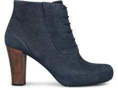 Ariadna comes as a dark blue bootie with laces made of tanned leather. It features a wooden heel which adds a natural elegance.The heel measures 9 cm and the platform 2 cm for a comfortable height. Its cushioned insole provides a soft footstep.