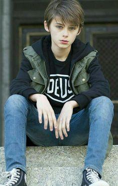 Young Cute Boys, Cute Teenage Boys, Teen Boys, Male Models Teenage, Boy Models, Teen Jungs Outfits, Boy Outfits, Beautiful Boys, Pretty Boys