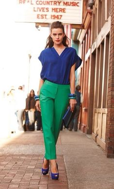 ideas for how to wear green pants casual chic Fashion Mode, Work Fashion, Fashion Outfits, Fashion Clothes, Casual Chic, Green Pants Outfit, Green Outfits, Navy Pants, Mode Bcbg