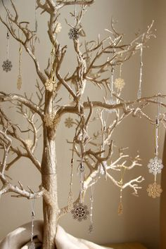glitter christmas tree with snowflake ornaments...handmade christmas decorations - silver or gold, pretty and sparkly!