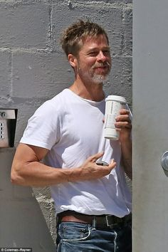 Brad Pitt cuts dashing figure in T-shirt and jeans Angelina Jolie, Brad And Angelina, Jolie Pitt, Brat Pitt, Brad Williams, Jennifer Aniston, Tyler Durden, Handsome Actors, Christian Grey