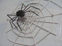 Своими руками: паук на паутине из газетных трубочек