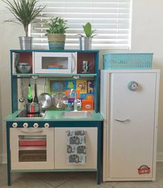 Ikea Hacks: Adorable Ideas To Remodel The Duktig Play Kitchen Ikea Toy Kitchen Hack, Ikea Hack Kids, Diy Play Kitchen, Kitchen Hacks, Ikea Hacks, Play Kitchens, Ikea Duktig, Childrens Kitchens, Kitchen Cabinet Storage