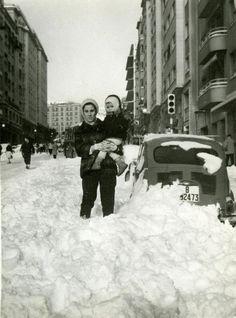 Gaudint la nevada al carrer Balmes. 1962. AMDSG. Fons Recuperació Memòria Històrica Gràfica