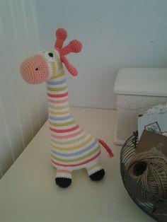 Hæklet Giraf. Nu i tøse-farver ;0) Smil til fotografen... Link til opskriften: http://ianyckelpiga.blogspot.com/2009/06...
