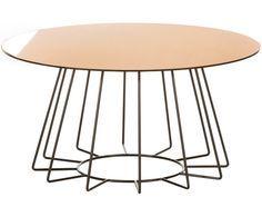 """Stahl-Art: Mit einem Gestell aus schlanken Stahlstreben und einer kreisrunden Tischplatte aus Glas bringt Couchtisch FELI Leichtigkeit und Anmut in unsere vier Wände! Filigrane Stahlgestelle sind übrigens auch in anderen Interior-Bereichen, wie etwa bei Stühlen, so angesagt wie nie. Unser Styling-Tipp: Dekorieren Sie Couchtisch FELI mit coolen """"Coffee Table""""-Books und den Lieblingsblumen, mehr braucht es nicht!"""