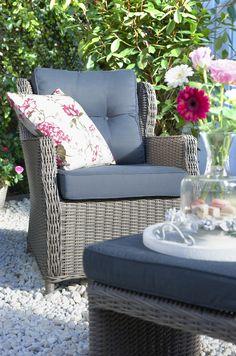 Sierkussen Jenny: creëer een frisse look door een bloemig kussen te combineren met een grijze basis #leenbakker #terrasideeen