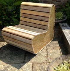 A cosy little 2-seater sofa we designed & had made from recycled wood pallets & OSB. How cool is that!                                                                                                                                                     Más: