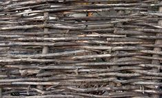 Make a Decorative Fence With Tree Branches DIY tips How to Make Fencing With Branches (bigger than willow) garden fenceDIY tips How to Make Fencing With Branches (bigger than willow) garden fence Wattle And Daub, Wattle Fence, Gabion Fence, Concrete Fence, Wire Fence, Diy Garden, Garden Edging, Garden Trellis, Shade Garden