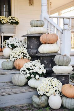 Rustic Cottage Farmhouse Fall Porch Steps I feel like this is an annual thing now. Me piling pumpkins & mums on our front steps & taking a million photos at sunri. Fall Home Decor, Autumn Home, Front Porch Fall Decor, Fall Porches, Modern Fall Decor, Rustic Fall Decor, Cottage Farmhouse, Farmhouse Decor, Cozy Cottage