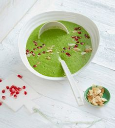 Grüne Petersilienwurzelsuppe mit Granatapfelkernen - Green parsley root soup with pomegranate seeds