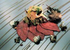Warm geräucherte Bresse-Taube und roh marinierte Gänseleber mit Löwenzahnsalat und Spitzmorcheln