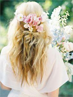 Cabelo solto bem despojado com flores para a noiva