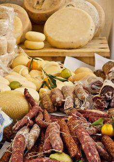 nostri salumi tipici , probabilmente sono meno raffinati e sofisticati di quelli commerciali ma mantengono un sapore ed una semplicità che nasce dal fatto che la tradizione culinaria siciliana si forma in periodi storici molto lontani affondando le sue radici in diverse culture
