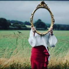 Como você tem sido tratado pelas pessoas? Repare bem! Elas são apenas reflexo do quanto você se respeita ou se desrespeita.  Saber ocupar o próprio espaço não é sinal de orgulho, mas de carinho consigo mesmo.  Você enxerga a si mesmo com ternura? Olha para o seu corpo com gratidão? Ri de si mesmo quando erra porque tem a consciência de que é um aprendiz no mundo? Agradece a si próprio pelas pequenas e grandes conquistas emocionais? Observe-se como se fosse uma outra pessoa. #amorproprio