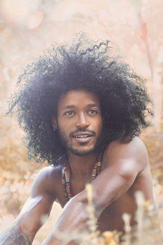 Homme cheveux bouclés naturels
