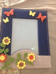 photo frame made with felt and sizzix machine Diy Home Crafts, Felt Crafts, Projects For Kids, Crafts For Kids, Picture Frame Crafts, Fabric Book Covers, Class Decoration, Handmade Frames, Cornice