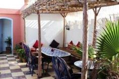 Le Riad Chakir se veut une des plus authentiques adresses d'Essaouira. Riad Essaouira, Le Riad, Style Marocain, Pergola, Outdoor Structures, Courtyards, Casual Bedroom, Traditional House, Terrace