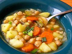 Nakrájenou zeleninu lehce osmahneme na oleji, zalijeme zeleninovým vývarem, osolíme a přivedeme k varu. Po chvilce přidáme brambory nakrájené na...