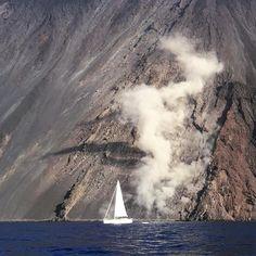 #sailing #explosion #momentogiusto #postogiusto #cobaltblue #stromboli #💙