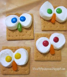 I can never come up with good april fools jokes, im going to make thia just to have something funny and goofy for my coworkers ;) graham crackers + marshmallows + M&Ms (eyes) + Mike & Ike's (beak) = owl smores! Classroom Snacks, Owl Theme Classroom, Preschool Snacks, Class Snacks, Preschool Cooking, Classroom Ideas, Owl Snacks, Owl Treats, Cute Food
