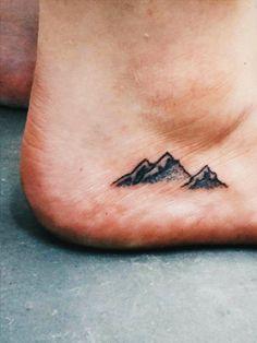 """Tattoo-Künstler Jody weiß, worauf man achten sollte:""""Bei kleinen Motiven solltendie Linien nicht zu nah beieinander sein.Das Tattoo kann über die Jahre leicht verschwimmen und man möchte natürlich länger etwas von seinem Tattoo haben und nicht irgendwann einen kleinen schwarzen Fleck."""""""