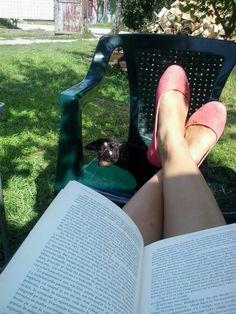 #lovemycat #blackcay #lovelysunday #book #sun #mili
