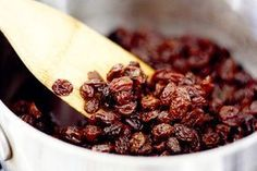 Learn how to cleanse your liver with raisins and water. Natural Cures, Natural Health, Superfood, Clean Your Liver, Raisin Sec, Baking Soda Bath, Liver Detox Cleanse, Nutrition, Medicinal Herbs