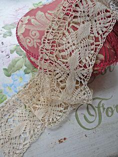 Antique handmade bobbin lace trim!  Lazo hecho a crochet!