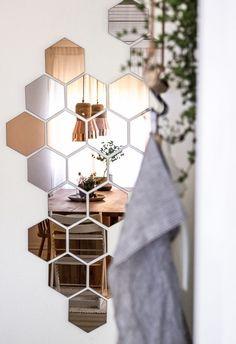 Зеркальные геометрические фигуры всегда приводят в восторг! Выбирайте формовые зеркала сложных очертаний, к примеру, собранные из нескольких деталей. Линии могут транслировать определенный посыл не хуже слова: например, зеркальные птички придают ощущение легкости интерьеру. #зеркало #зеркальноепанно #design #glass #стекло #стеклоназаказ #зеркалоназаказ