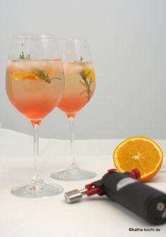 Leckere Spritz Getränke sind nicht nur im Sommer erfrischend, dieser Ramazzotti Aperitivo Rosato mit Rosmarin und Orange passt auch wunderbar als Aperitiv!