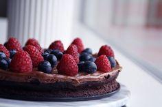 Jeg har altid sukket over denne her kage. Faktisk har den været et fast tilbehør til min iskaffe på min yndlingscafe. Den er cremet, lækker og smager sy