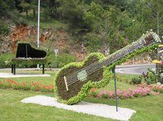 Musical art in flowers. Topiary Garden, Garden Art, Piano, Arte Floral, Parcs, Sculpture, France, Playing Guitar, Outdoor Furniture