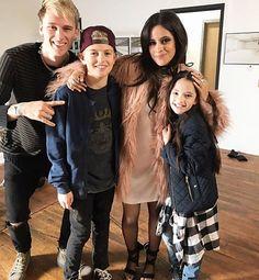 """MGK e Camila nos bastidores com as crianças que interpretaram eles no videoclipe de """"Bad Things"""" @camila_cabello @machinegunkelly #camilacabello #machinegunkelly #badthings (01.12.16)"""