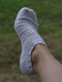 Ravelry: Tennarisukka pattern by Taina Anttila perfect in a fun sock yarn Loom Knitting, Knitting Patterns Free, Knit Patterns, Free Knitting, Knitting Socks, Free Pattern, Knit Socks, Crochet Slippers, Knit Or Crochet