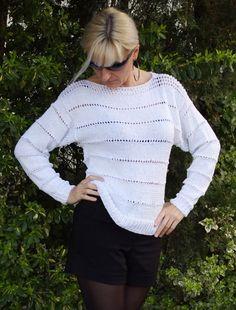 Biały luźny sweter, z ażurowym wzorem. Z włóczki bawełnianej, z dodatkiem wiskozy. Idealny na letni, wakacyjny wieczór. Luźny krój nadaje mu niezobowiązujący charakter. Łagodny dla ciała w...