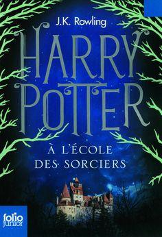 Le jour de ses onze ans, Harry Potter, un orphelin élevé par un oncle et une tante qui le détestent, voit son existence bouleversée. Un géant vient le chercher pour l'emmener à Poudlard, la célèbre école de sorcellerie où une place l'attend depuis toujours.  Voler sur des balais, jeter des sorts, combattre les Trolls: Harry Potter se révèle un sorcier vraiment doué. Mais quel mystère entoure donc sa naissance et qui est l'effroyable V…, le mage dont personne n'ose prononcer le nom? 1er…