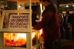 """Cartaz colado em um carrinho de pipoca. """"Chega de sufoco e corrupção: por um transporte público estatal de qualidade!"""" 14/08/2013 Foto: Susan Ritschel."""