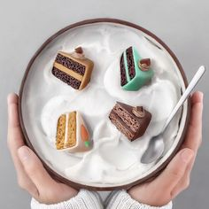 ✨ Made with chocolate cake as the base, fondant, melted chocolate & coconut whipped cream, topped with mini cakes. Cute Desserts, Delicious Desserts, Dessert Recipes, Yummy Food, Smoothie Bowl, Smoothie Recipes, Bol Cake, Bolo Tumblr, Kreative Desserts