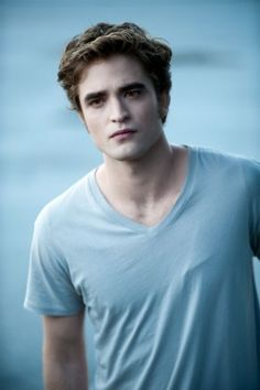 Robert Pattinson as Edward Cullen in the Twilight series Saga Twilight, Twilight Edward, Twilight Movie, Twilight Videos, Vampire Twilight, Edward Bella, Edward Cullen Robert Pattinson, Robert Pattinson Twilight, Collateral Beauty