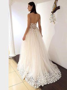 Traumhaftes Brautkleid mit Spaghettiträgern, tiefem V-Neck, tiefem Rückenausschnitt und Spitzenapplikationen auf dem Oberteil. Lace Wedding, Wedding Dresses, Formal Dresses, Fashion, La Mode, Linz, Wedding Dress Lace, Bridal Gown, Curve Dresses