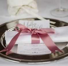 Matrimonio in Villa d'Epoca | GuastiniStyle  www.guastinistyle.com #weddingplannervarese #nastro #legaturatovagliolo #nastrorasorosa #menumatrimonio #sottopiattoargento #guastinistyle