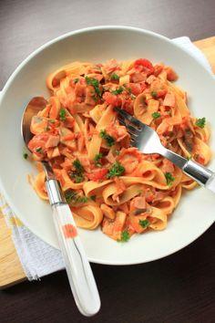 """Makarony cieszą się w moim domu dużą popularnością, bardzo często je przyrządzamy w różnych postaciach. Makaron tagliatelle z szynką, pieczarkami i śmietaną jest inspirowany daniem z książki Gino D'Acampo """" Włoskie dania makaronowe """","""