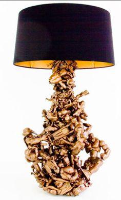Stehlampe aus lauter Spielzeug, das Gold gespritzt wurde.