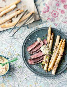 Weißer Spargel verträgt sich auch mit kräftigen Beilagen wie Steak! Dazu: Röstzwiebeln mit Mayonnaise und Pekannüsse.