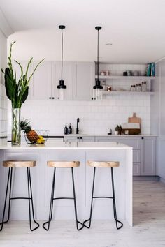 Totally Inspiring Apartment Kitchen Design Ideas - When doing a small kitchen design for an apartment, either a corridor kitchen design or a line layout design will be best to optimize the workflow. Small Modern Kitchens, Small Space Kitchen, Modern Kitchen Design, Interior Design Kitchen, Home Design, Modern Design, Small Kitchen Designs, Modern Condo, Modern Spaces