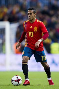 Thiago Alcantara Photos - Thiago Alcantara of Spain controls the ball during the international friendly match between Spain and Costa Rica at La Rosaleda Stadium on November 11, 2017 in Malaga, Spain. - Thiago Alcantara Photos - 27 of 688